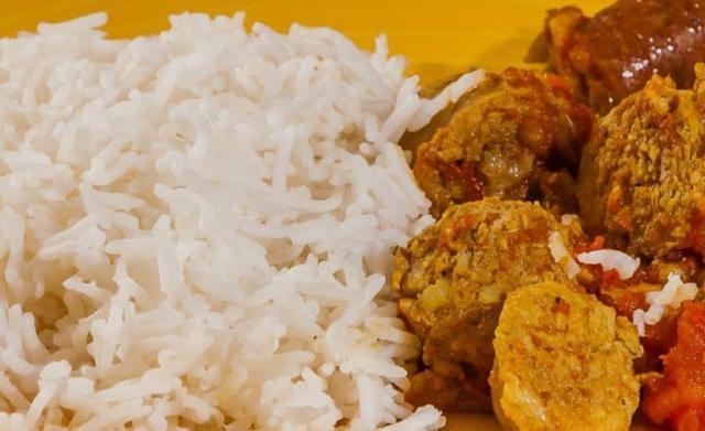 Dans la cuisine malgache la portion de riz occupe 60 % d'une assiette, le loaka (plat principal) est toujours succulent et authentique