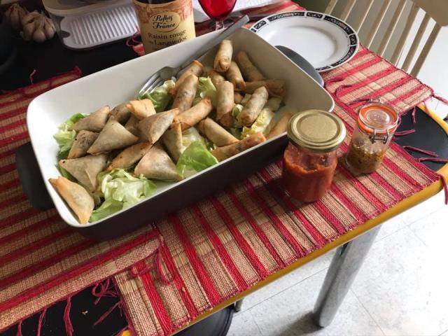 nems ou de sambos à la viande de zébu, de poisson ou de porc avec des oignons recouverts d'une pâte